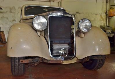 Mercedes 1951 customizado tem ajuste elétrico dos bancos